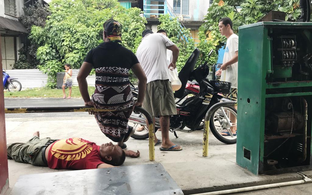 ↑ガソリンスタンドで泥酔して寝ている人。ガソリンは1リットル1ドル程度。