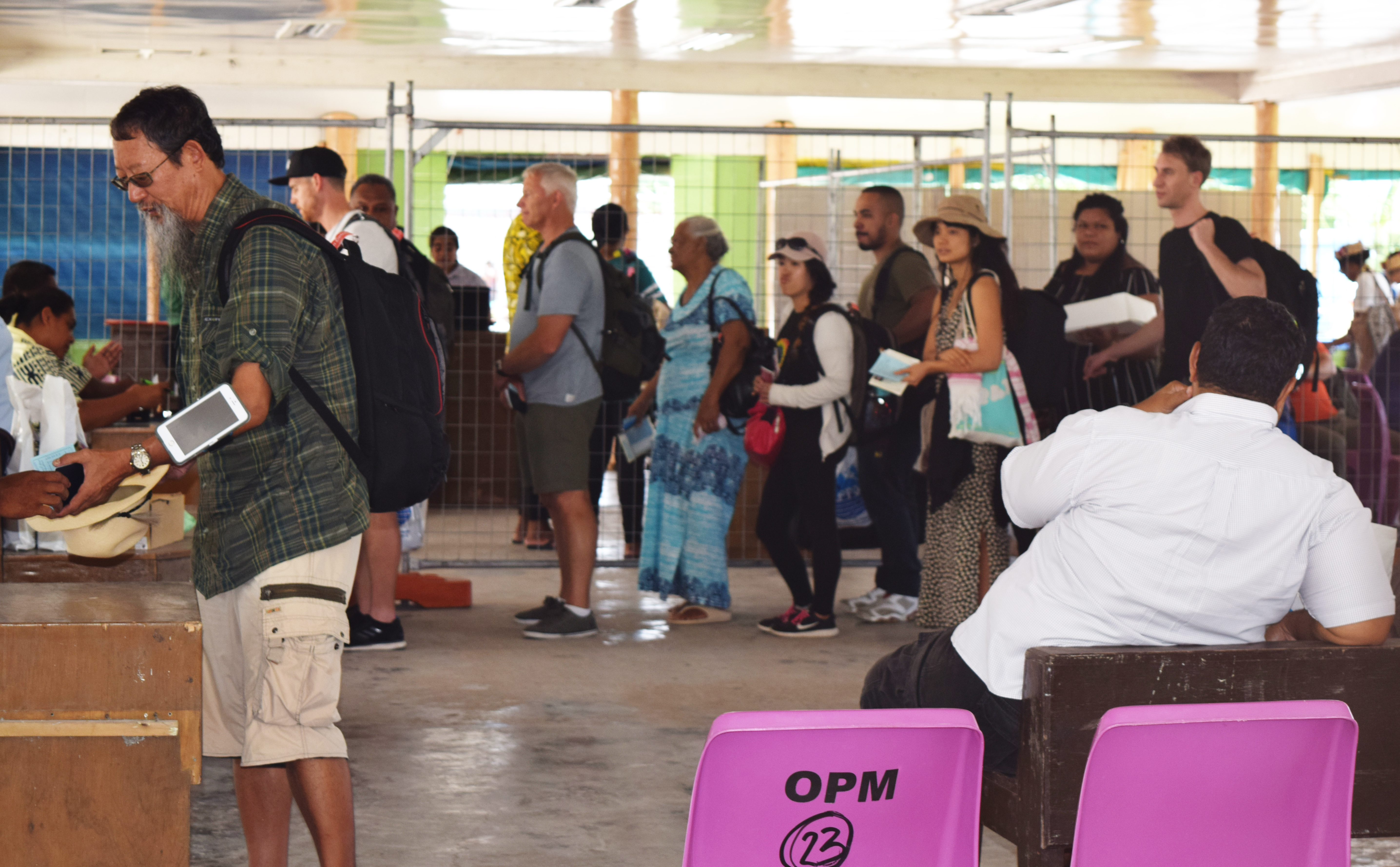 空港で入稿審査に並ぶ人々の列